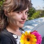 Brünette mit Blumen in den Händen — Stockfoto #48098839