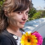 bruneta s květinami v rukou — Stock fotografie #48098839