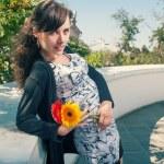 Brünette mit Blumen in den Händen — Stockfoto #48098885