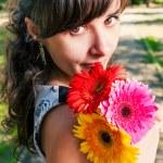 Brünette mit Blumen in den Händen — Stockfoto #48099311