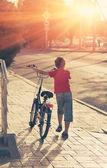 Ragazzino con la sua moto — Foto Stock