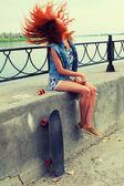 Kobieta z deskorolka — Zdjęcie stockowe