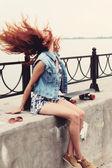 Vrouw met skateboard — Stockfoto