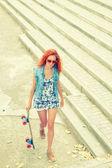 Mulher com skate — Foto Stock