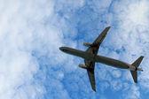 Samolot w jasne niebo — Zdjęcie stockowe