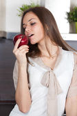 Young woman eating an apple — ストック写真