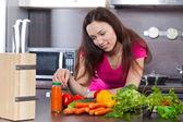 年轻女子和蔬菜 — 图库照片