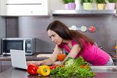 女人在厨房里喝果汁 — 图库照片