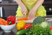 Woman in the kitchen cut vegetables — Stock Photo