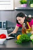 Žena připraví jídlo — Stock fotografie