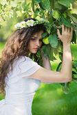 Vrouw in witte jurk en apple orchard — Stockfoto