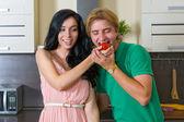 Jeune couple dans la cuisine — Photo