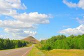 Paisaje de verano hermoso, camino de alta montaña — Foto de Stock