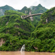 Travel on the Yangtze River with a view of the falls — Stock Photo