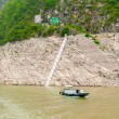 Boat is floats on the mountain river Yangtze — Stock Photo