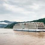 Passenger ship sailing on the Yangtze River — Stock Photo