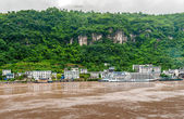Travel by boat on the Yangtze River with a view of the mountain — Stock Photo