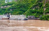 Fartyg stopp i en bergsby på yangtze-floden — Stockfoto