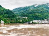 Cestování na řece yangtze, s krásným výhledem horsk — Stock fotografie