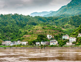 Yangtze River with a view of the mountains and the town — 图库照片