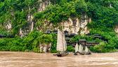 Villaggio cinese e una barca sul fiume yangtze — Foto Stock