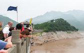 Tourists watching from the bridge — Stock Photo