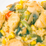 kycklingfilé med grönsaker, champinjoner och ris — Stockfoto