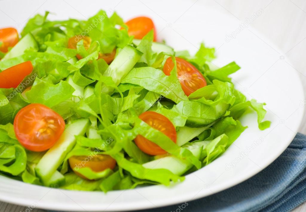 Vers fruit salade met sla tomaten en komkommer for Vers de salade