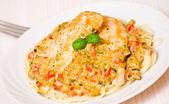 Kuřecí prsíčka s špagety a zeleninové omáčce — Stock fotografie
