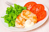 Chicken breasts on a plate with fresh vegetables — Stock Photo