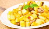 Bratkartoffeln mit champignons — Stockfoto
