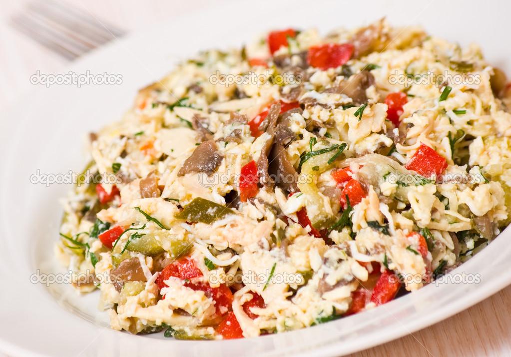 Салат с курицей яйцом и овощами