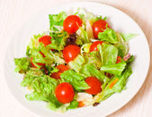 Fresh mixed salad leaves with cherry tomatoes — Stock Photo