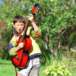 Music student playing guitar and sing outdoors — Stock fotografie #12803687