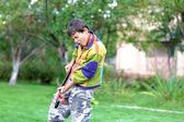 Musik student spela gitarr och sjunga utomhus — Stockfoto