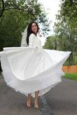 新娘在公路上跳舞 — 图库照片