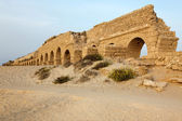 Roman aqueduct in Ceasarea at the coast of the Mediterranean Sea — Stock Photo