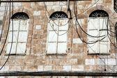 Viejas ventanas cerradas en la ciudad vieja de jerusalén — Foto de Stock