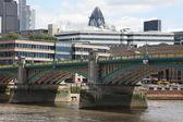 Zobacz panoramę londynu wyświetlono korniszon i tower of london — Zdjęcie stockowe