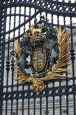 Royal Crest at Buckingham Palace Gate in London, United Kingdom — Stock Photo
