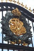 Buckingham Palace Gate. Royal Crest Detail — Stock Photo