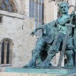 A bronze statue of Constantine I outside York Minster in England — Stockfoto