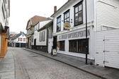 与白色的房子在挪威斯塔万格的老部分街 — 图库照片