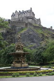 Edinburgh Castle, Scotland, from Princes Street Gardens, with the Ross Fountain in the foreground — Stock Photo