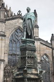 Statue and church in Edinburgh, Scotland — Stock Photo
