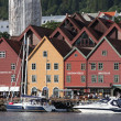 BERGEN, NORWAY - CIRCA JULY 2012: Tourists and locals stroll alo — Stockfoto