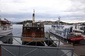 Fiskebåt vid kajen i hamnen — Stockfoto