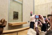 "PARIS - MAY 3: Visitors take photo of Leonardo DaVinci's ""Mona Lisa"" at the Louvre Museum — Stock Photo"
