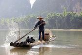 YANGSHUO - JUNE 18: Chinese man fishing with cormorants birds in Yangshuo — Stock Photo