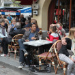 PARIS - APRIL 27 : Parisians and tourist enjoy eat and drinks in — Stock fotografie